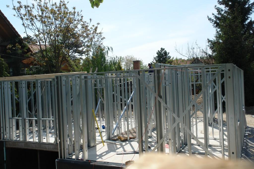 Photo of Készház építés. 1-2. nap. Az EnergyFriendHome alsó szint falszerkezet felpítése