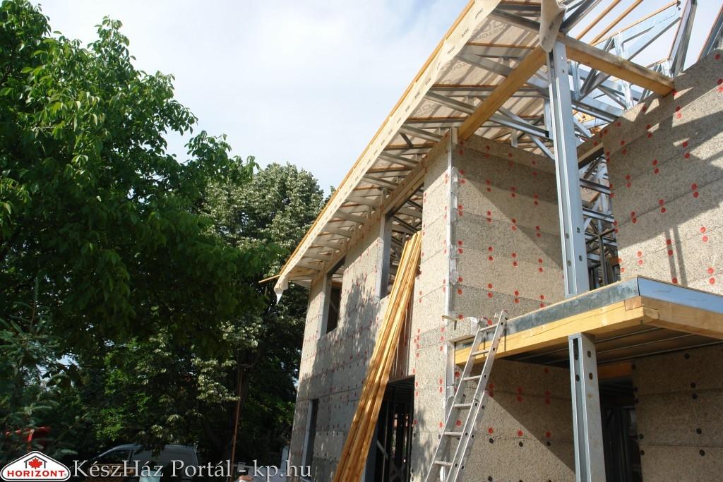 Photo of Készház építés. 14-15. nap. EnergyFriendHome készház tetőszerkezet lécezése, fóliázása