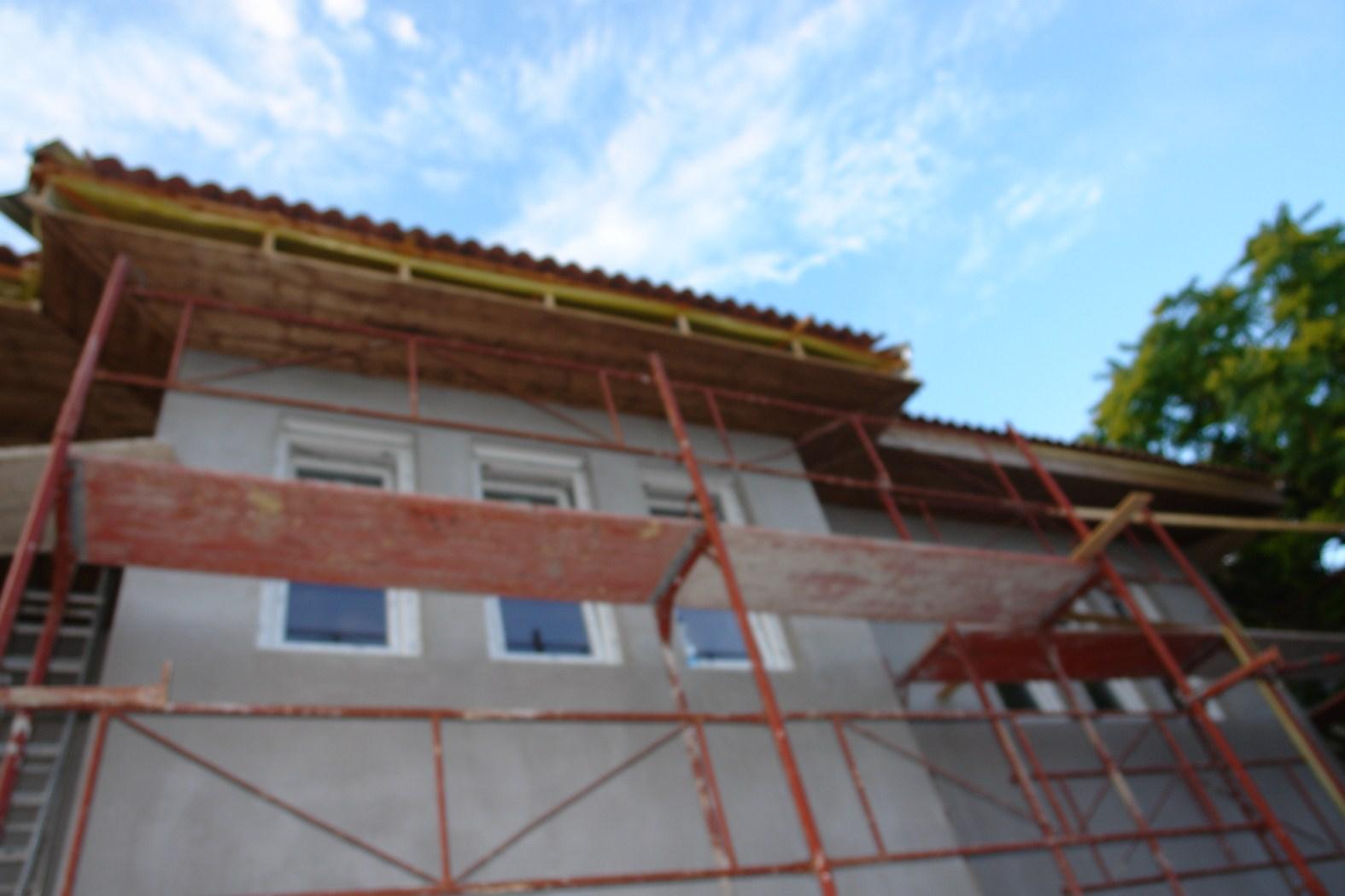 Photo of Készház építés. 48-50. nap. EnergyFriendHome készház ereszcsatorna és ragalja lambéria elkészítése
