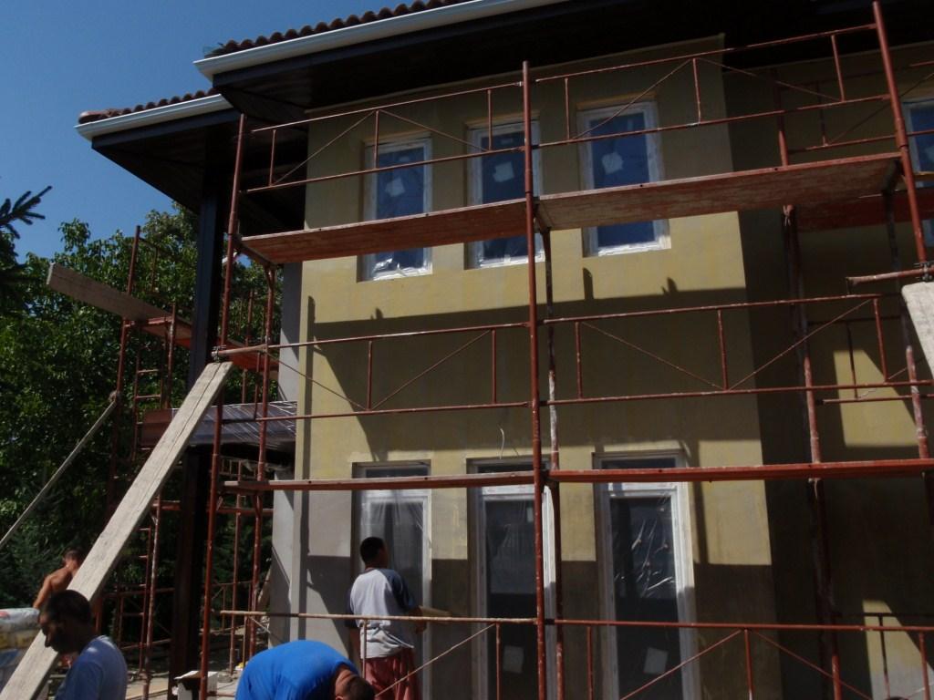 Photo of Családi ház építés külső befejező munka 52. nap. Külső vakolat szinezése